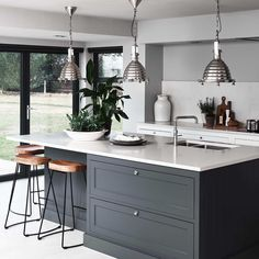 There is no question that designing a new kitchen layout for a large kitchen is much easier than for a small kitchen. A large kitchen provides a designer with adequate space to incorporate many convenient kitchen accessories such as wall ovens, raised. Home Decor Kitchen, Kitchen Remodel, Modern Kitchen, Open Plan Kitchen Living Room, Kitchen Island Design, Kitchen Diner, Home Kitchens, Kitchen Renovation, Kitchen Design
