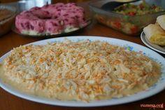 Coleslaw salata tarifi Coleslaw salata bildiğiniz lahana salatalarından değil inanılmaz güzel ,ben de sizler gibi salatada şekerin ne işi var diye düşünmüştüm tadına bakmadan önce ama inanın yok böyle bir lezzet..Coleslaw salata tavsiyemdir. Diğer salata tariflerine buradan ulaşabilirsiniz. Coleslaw salata için gereken malzemeler Yarım küçük boy lahana (Bir orta boy kase dolusu) 4 dolu yemek …