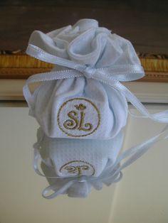 Confeccionada em pique e algodão, bordado industrial e fita de cetim, acomoda 5 amêndoas. <br>Para lembrancinhas de casamento, batizado , maternidade...