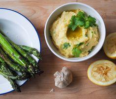 Skordalia on kirpeän pehmeä, sitruunainen  valkosipulitahna Kreikasta. Se on herkullista leivän päällä tai vaikkapa vihreän parsan dippinä!