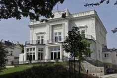 Die Villa Laeisz war bis 1945 Hauptquartier der SS im Norden und von 1952 bis 2000 britisches Generalkonsulat. Heute ist sie Sitz der 222 Jahre alten Privatbank Sal. Oppenheim.