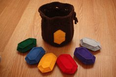 Zelda Rupee Wallet and Felt Rupees Pattern by Becca de Kroon. I wonder if I could crochet the rupees for keychains, also? Geek Crafts, Fun Crafts, Crafts For Kids, Diy Zelda Crafts, Simple Crafts, Geek Mode, Felt Wallet, Zelda Birthday, Crochet Geek