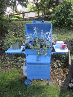 Old BBQ into a planter Garden Junk, Garden Yard Ideas, Garden Crafts, Garden Projects, Garden Tools, Succulent Gardening, Succulents Garden, Container Gardening, Garden Structures