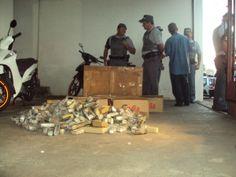 PM prende trio e acha refinaria com drogas e R$ 12 mil