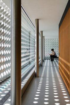 """O escultor Erwin Hauer, já com mais de 80 anos, reedita sua série de painéis modulares """"Continua"""". Kiko Salomão, fundador do Arkpad, foi visitá-lo! Confira"""