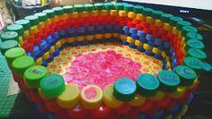 De Todo, Un Poco .: Papelera de tapas recicladas de plástico Bottle Cap Projects, Bottle Cap Crafts, Crafts To Do, Diy Crafts, Plastic Bottle Caps, Bottle Top, Recycled Bottles, Diy Box, Recycled Crafts