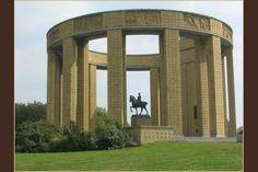 WW1 Memorial in Belgie - Albert-I-monument Nieuwpoort. Het werd opgericht in 1938 ter nagedachtenis aan de duizenden soldaten die tijdens de Eerste Wereldoorlog vielen.In het centrum staat een ruiterstandbeeld van koning Albert I