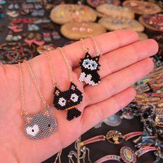 🐱Kediler🐱#merveceritbozcaada #sarıpano #bozcaada #bozcaadasokakları #bozcaadagezginleri #bozcaadagünlüğü #bozcaadamiyuki #istanbul… Cat Jewelry, Bead Jewellery, Animal Jewelry, Beaded Jewelry, Seed Bead Patterns, Beading Patterns, Beaded Earrings, Beaded Bracelets, Stars Craft