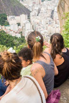 A Cidade em que Não Habito. Há 7 dias eu subi a Favela pela primeira vez.  Eu já tinha subido a Comunidade antes, mas a Favela, foi semana passada.     Comunidade é quando a gente sobe para ir visitar a laje com vistão incrível e aproveitar a vista tomando uma cerveja.  É quando a gente pega uma van para ir na festinha cool. Quand