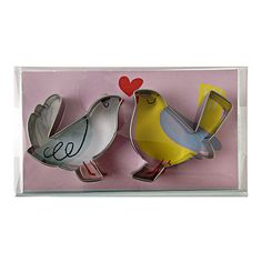 Create love bird cookies for a romantic celebration with these stylish cookie cutters. Simply add icing for a layer of color to finish. Pack contains 2 cookie cutters. Cutter depth: 1 inch. Pack size: