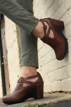 LIFE IN MOD: A random spot, a pair of super comfy booties...Dansko Franka