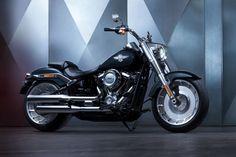 Harley-Davidson präsentiert zum 115. Firmenjubiläum starke Modellhighlights. Die wichtigsten Neuheiten haben wir für Euch hier zusammengefasst. Die Dyna und Softail Modelle bilden ab sofort eine Einheit und vereinen das Beste beider Baureihen. Somit gibt es jetzt acht neue, starke Softail Bikes mit noch mehr Custom-Styling. Sie werden vom Milwaukee-Eight 107 befeuert, manche Modelle gibt es außerdem mit dem Milwaukee-Eight 114. In den CVO Modellen wummert der Milwaukee-Eight 117 mit 1923…