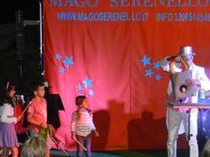 I bimbi fanno la fila per partecipare agli spettacoli del Mago Serenello... mentre mamma e papà si godono le risate!