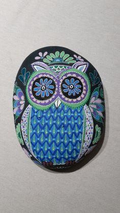 Uil op steen handgeschilderd