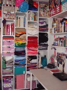 telas, hilos, imágenes, lentejuelas, muñecos, libros, computadora, máquina de coser, cajas, moldes, lápices...colores!