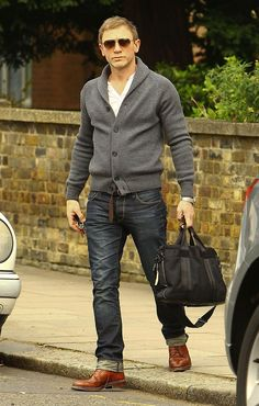 Acheter+la+tenue+sur+Lookastic: https://lookastic.fr/mode-homme/tenues/cardigan-a-col-chale-gris-t-shirt-a-col-boutonne-blanc-jean-gris-fonce-chaussures-brogues-brun/1775 —+Cardigan+à+col+châle+gris+ —+T-shirt+à+col+boutonné+blanc+ —+Jean+gris+foncé+ —+Chaussures+brogues+en+cuir+brun+