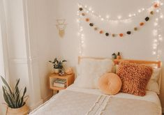 Since I'm ill, I would rather be sleeping in my comfy bed right now than studying 🤧 I hope your Monday is going better than mine 😂💕 Fall Room Decor, Cute Room Decor, Cute Bedroom Ideas, Room Ideas Bedroom, Bedroom Inspo, Zen Bedroom Decor, Fall Bedroom, Boho Teen Bedroom, Comfy Bedroom