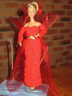 Bonjour à tous et à toutes Voilà encore une nouvelle robe de réveillon pour Barbie, elle sera la reine d'un soir dans cette robe en laine brillante et en organdi. La partie organdi peut se porter dans 2 positions différentes, selon l'envie du moment !...