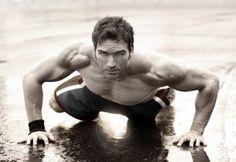 Bodyweight Training vs. Hanteltraining: Was ist effektiver für Muskelaufbau? Wie Du trainieren solltest, um in Rekordzeit definierte Muskeln zu bekommen.