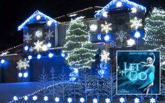 """Frozen Christmas Lights (Let It Go), petit spectacle de Noël inspiré de la chanson du dessin animé """"La Reine de Neige"""" sur une maison décorée de guirlandes de Noël qui s'illumine en rythme sur la chanson """"Libérée Délivrée"""""""
