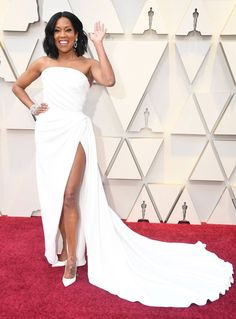 Regina King Shows Some Leg in Amazing Oscars 2019 Red Carpet Look!: Photo Regina King has arrived - and she's looking amazing! The nominee this evening showed off some leg at the 2019 Academy Awards on Sunday (February at the Dolby… Regina King, Jennifer Hudson, Jennifer Lopez, Christian Siriano, Amy Poehler, Vestido Strapless, Strapless Dress Formal, Emilia Clarke, Dior Haute Couture