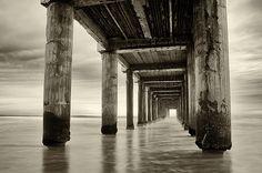 el mar bajo el puente