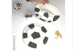 Der Krachmacher ist schnell hergestellt. Einfach 2 Pappteller mit trocknen Nudeln füllen und zusammenkleben. Gestaltet die Pappteller nach Lust und Laune. Im Fußball Look sieht der Krachmacher toll aus. Das macht schön Krach und Ihr könnt beim Fußballspiel mitfiebern!