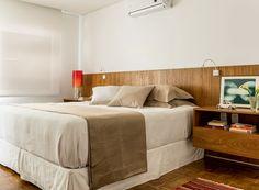 Os arquitetos do FGMF criaram a cabeceira, feita pela marcenaria La Classe com a mesma madeira freijó empregada no restante do apartamento. Luminárias da Lumini. Roupa de cama da Trousseau. Gravura da Loja Teo (Foto: Edu Castello/Editora Globo)