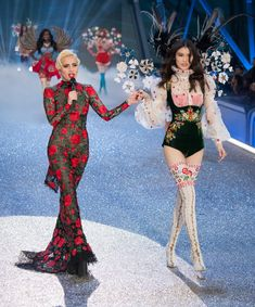 Lady Gaga Dominates the Victoria& Secret Fashion Show Like Only Lady Gaga Can If you were expecting anything but perfection from Lady Gaga's performance and appearance at this year's Victoria's Secret Fashion Show in Paris, it's time to Victoria Secret Wings, Victorias Secret Models, Victoria Secret Fashion Show, Fashion Show 2016, New Fashion, Fashion Outfits, Fashion Tips, Ladies Fashion, Fashion Styles