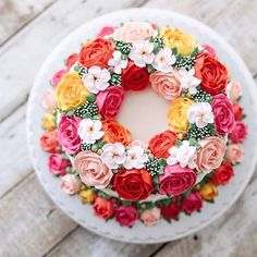 bolo amarelo, laranja, rosa e vermelho decorado com flores feitas com buttercream estilo flower cake by iven oven.
