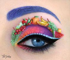 Artiste israélienne, Tal Peleg sublime ses yeux en dessinant des images miniatures sur ses paupières. Petites fleurs, personnages de dessins animés, chats, tableaux de Picasso, ses sujets sont nombreux et variés, et extrêmement détaillés pour leur taille.  « L'inspiration est tout autour de moi, je donne ma propre interprétation artistique à travers un maquillage unique », explique-t-elle. Elle utilise ses propres yeux, des fards à paupières et de l'eye-liner pour créer ce maquillage…