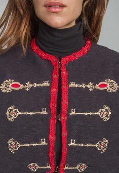 Una impresionante colección de prendas únicas y limitadas. Prendas de tricot inspiradas en nuestras americanas clásicas. Elaboradas con maquinaria traída de Alemania. ÚNICAS EN ESPAÑA  Con el mo