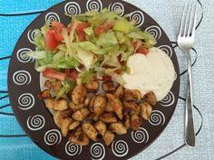 Kuracie prsia s gyros korením, so zeleninový šalátom a jogurtovým dresingom