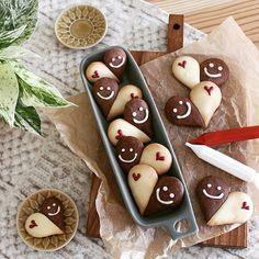 * * 型無しでできるハートクッキー♡ * 娘のバレンタイン用に友チョコクッキー。 型抜きと違って 生地が残らないからスッキリです。 そぅそぅクッキーってね 手の平の真ん中に表を下にしておいて 軽く押すと表面に丸みができるから ぷっくり美味しそうに焼き上がりますよ♡ * * 追記 生地を等分してドロップ型を作って ふたつをくっ付けて焼くだけでできますよ。 完全に冷ましたら落書き開始♡ お子さんとも楽しみながら作れまぁす。 * * Homemade smiling face heart cookie * * #玲マんマS * Kawaii Cookies, Cute Cookies, Cupcake Cookies, Cute Snacks, Cute Food, Iced Cookies, Sugar Cookies, Bolacha Cookies, Easy Sweets