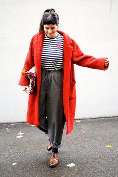 Ein Mantel von Ganni, eine Kelim-Bag von Silvia Gattin, ein Shirt von Comme des Garçons PLAY und eine Hose von Reality Studio.
