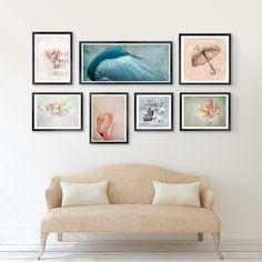 Bilder aufhängen entlang einer gedachten Kante - Ausrichtung vertikal oder horizontal möglich. Für eine harmonische Wirkung am besten Bilder im gleichen Stil und/oder ähnliche Bilderrahmen verwenden. Die gezeigten Bilder gibt es bei www.posterlounge.de. #Wandgestaltung #Kantenhängung #Wandbilder #Vintage #wallart