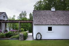 The New American Gothic: 11 Modern Farmhouses with Curb Appeal - Gardenista Farmhouse Architecture, Garage Door Design, American Gothic, Landscape Plans, Landscape Materials, Landscape Designs, Public Garden, Walk In The Woods, Pergola Plans