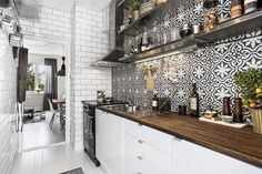 Choosing New Kitchen Cabinets If You Are Kitchen Remodeling New Kitchen Cabinets, Kitchen Tiles, Kitchen Dining, Kitchen Decor, Cupboards, Black Kitchens, Home Kitchens, Kitchen Black, Home Interior