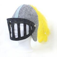 Ein Helm für jeden kleine Helden, Eroberer und Drachenbezwinger mit vielen liebevollen Details. Das Visier ist mit Druckknöpfen befestigt und abnehmbar.   Der Filz ist robust und pflegeleicht....