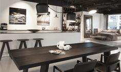 Flot sort spisebord med loftslamper fra Floss.
