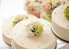 Blumen für die Hochzeitstorte