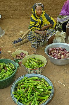 Vegetables for sale . Costume Africain, African Life, West African Food, African Tribes, Out Of Africa, World Market, International Recipes, Farmers Market, Street Food