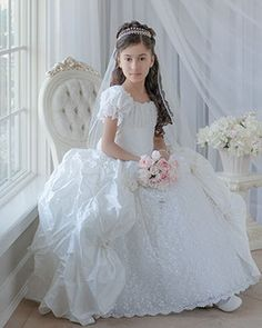 Have a photo like this taken at kayla's communion First Communion Veils, Girls First Communion Dresses, Holy Communion Dresses, First Holy Communion, Vestidos Color Blanco, Communion Hairstyles, Blush Flower Girl Dresses, Gorgeous Wedding Dress, Marie