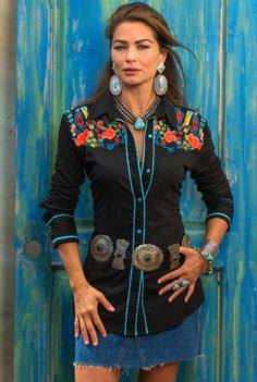 The Vintage Collection Bouquet Western Shirt is a classic vintage western shirt with stretch panels on both sides. Edged in turquoise and embroidered with beautiful spring desert flowers on the front and back yokes. Country Western Outfits, Western Outfits Women, Country Dresses, Western Wear For Women, Western Dresses, Country Wear, Cowgirl Chic, Cowgirl Style, Cowgirl Bling