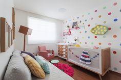 Um quarto de bebê desenvolvido pelo escritório Isabela Bethônico. O tema do quarto é contemporâneo. A escolha se deu pela vontade de criar um ambiente que acompanhasse o crescimento da bebê, que não fosse infantil em excesso.Tanto a mãe quanto o pai gostam muito de um estilo de decoração moderna, com itens decores vibrantes e …
