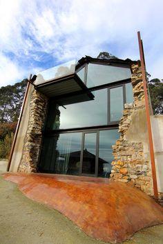 Дом со стеклянной стеной в Испании
