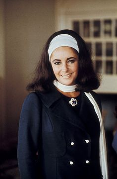 A Look at Hollywood Beauty Icon, the Bold Elizabeth Taylor Lands End Benefit, 1969 Classical Hollywood Cinema, Hollywood Icons, Old Hollywood, Hollywood Actresses, Elizabeth Taylor Style, Elizabeth Taylor Jewelry, Cleopatra, Burton And Taylor, Color Violeta