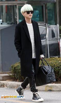 Suga style and fashion 2019 bts k-pop - lugako. Suga Suga, Min Yoongi Bts, Min Suga, Bts Bangtan Boy, Jimin, Suga Abs, Airport Fashion, Kpop Fashion, Korean Fashion