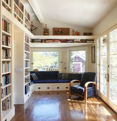 Home Library with a Relaxing Window Seat. See more at Home and Garden Design Ideas. Deco Design, Design Case, Home Library Design, House Design, Library Ideas, Library Room, Cozy Library, Dream Library, Mini Library