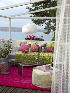 Moderne Terrassengestaltung – 100 Bilder und kreative Einfälle - moderne terrassengestaltung dekoideen möbel teppich hocker tisch